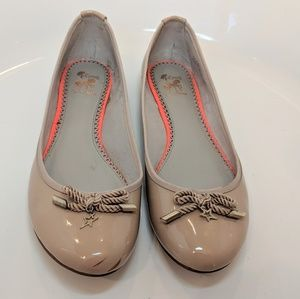 Nude patent bow flats